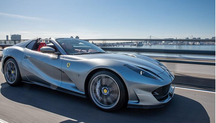 フェラーリが誇る最高峰スーパースポーツカーが「ミッドシップ」ではない理由