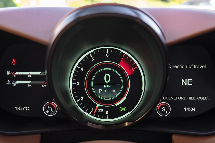<p>ナビゲーション表示に対応した最新世代のデジタルメーターを搭載。ドライブモードはスポーツ、スポーツプラス、トラックの3種類。ノーマルやコンフォートといったニーズの高い快適なモードを用意していないところに、スポーツカーというキャラクターがより表れている。</p>