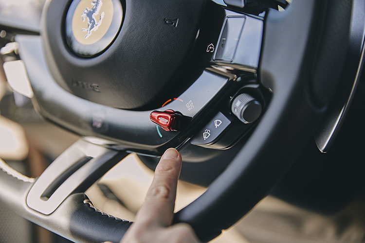 <p>運転モード「マネッティーノ」は、5モード(ウェット、コンフォート、スポーツ、レース、ESC=横滑り防止装置オフ)。</p>