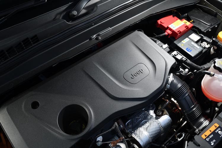 <p>前輪を駆動する1.3リッターには53Nmを発生する発電機を兼ねたモーターを、後輪には独立した250Nmのモーターを搭載。オフロードで必要とされるトルクを瞬時に生み出し、燃費だけでなく走破性にも大きく貢献しているという。</p>