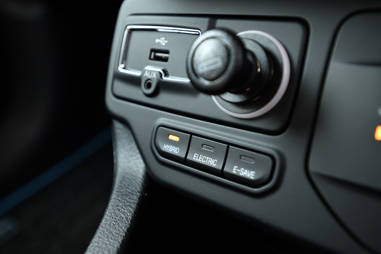 <p>ドライブモードとは別に、PHEV用のモードスイッチを搭載。EVモード、バッテリーの消費を抑えるE-SAVEモード、エンジンとモーターを効率良く使い分けるHYBRIDモードを備える。</p>