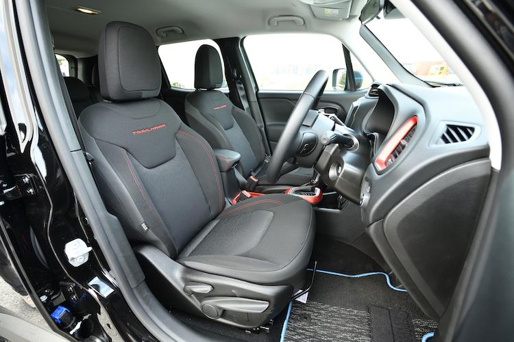 <p>クッション性の高いシートを採用した。リミテッドではシートヒーター機能も備わる8way電動シートや、助手席下収納を装着した。</p>