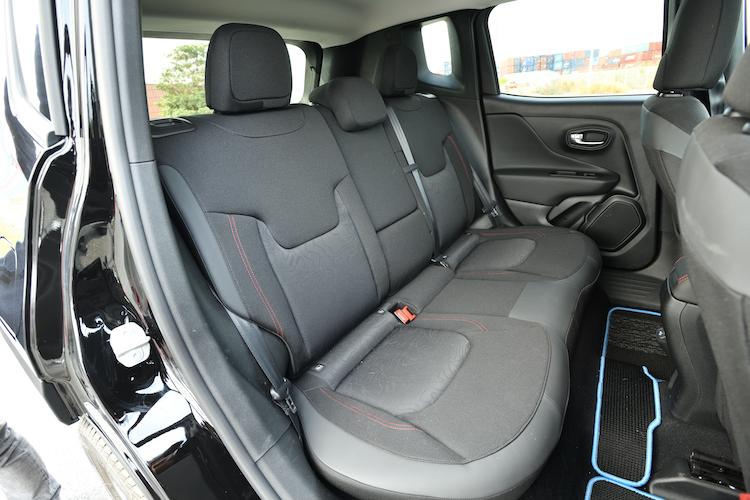 <p>トレイルホークにはステッチ入りファブリックシートが標準化されている。スペアタイヤや充電ケーブルを床下に収納するため、ガソリンモデルよりもラゲージ容量が少なくなっている。</p>