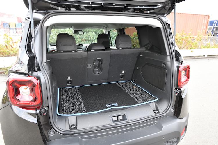 <p>スペアタイヤや充電ケーブルを床下に収納するため、ガソリンモデルよりもラゲージ容量が少なくなっている。</p>