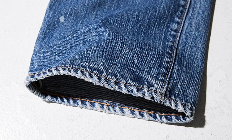 <p>「66に限らず、古着のジーンズを選ぶ際に気をつけたいのが裾。穿きこんだ後に丈詰めがされている場合、ここのアタリが真新しいものになっています。そうなると味わいは半減。なので、購入した後も丈詰めはしないのが基本です」</p>