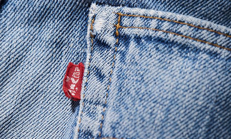 """<p>「66モデルより前に製造されていた501は赤タブのブランド表記に大文字のEが用いられていたのに対し、66モデルでは小文字のeが用いられています。これは""""スモールe""""と呼ばれ、製造時期を識別する指標のひとつとなっています」</p>"""