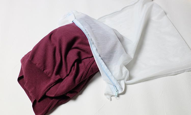 <p><strong>裏返してから洗濯ネットに入れる</strong><br /> 丁寧に裏返してから畳んで洗濯ネットに入れる。実際、洗濯機で洗っているという人の話を聞いても、必ずネットに入れているとのことだ。うっかり忘れると取り返しのつかないトラブルが起きかねないので、注意するようにしたい。</p>