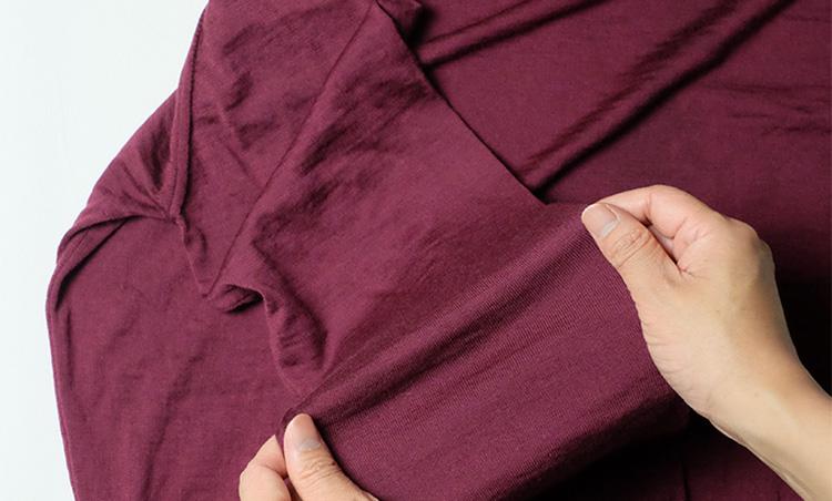 <p><strong>乾かす前に、全体を手でやさしく伸ばす</strong><br /> ここから自然乾燥で乾かしていくが、その前に重要なプロセスが。両手を使って袖や身頃をやさしく伸ばしていき、形を整えておこう。こうすることで、乾かしたあとの洗濯ジワを軽減することができ、アイロンがけもラクになる。</p>