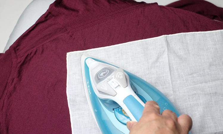 <p><strong>アイロンがけの際は必ず当て布を</strong><br /> 完全に乾燥したら、アイロンをかけて細かなシワを伸ばしていく。その際、かならず当て布を用いること。直接アイロンを当てると、縫い目の部分など凹凸がある箇所にアタリが出てしまい、最悪復元不可能になってしまうこともあるので注意!</p>