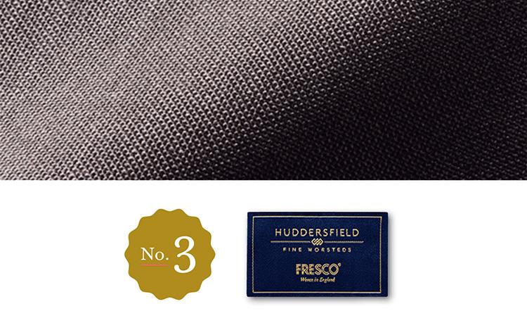 <p><strong>No.3 ハーディー ミニスのフレスコライト<br />王道の現代的進化</strong><br />「フレスコと言ったら真っ先に名前があがる、同ブランドの生地ですが、それを現代的に軽やかに、自然なストレッチ性も持たせて織り上げたのがこちらです。フレスコの風合いと着やすさを兼ね備えたこちらは、まさに王道の進化と言えるような生地でしょう」</p>