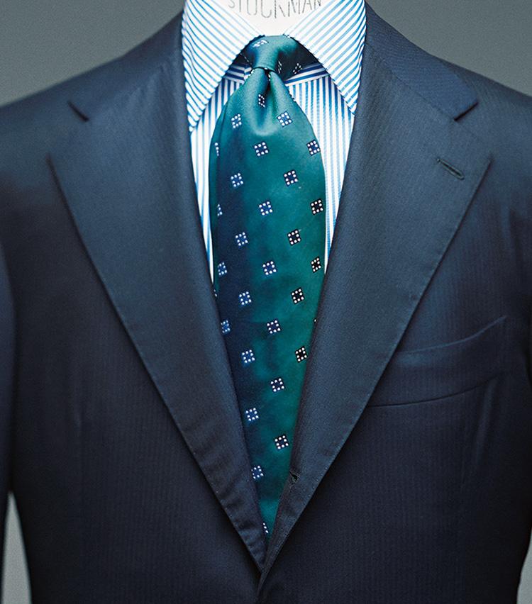 """<p><strong>[STYLE2]知的かつ""""万人受け""""の最強コンビ</strong><br /> 「青みがかったグリーンのタイは、知的な印象も加わり、スーツの紺とも相性抜群。シャツでもグリーンをリンクした馴染みの良さで、初めて行く商談等でその場の緊張をほぐす効果も」</p>"""