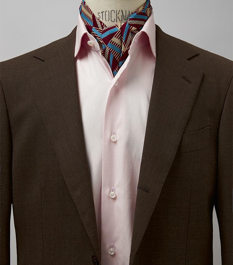 <p><strong>ノータイスタイルも色シャツなら華やぎあり</strong><br /> 白シャツでノータイだと間の抜けた感じになりがちだが、色シャツなら一定の洒落感をキープ。特にブラウンとピンクの合わせはエレガントにまとまる。スカーフを加えればより完璧。スーツ11万6600円/ビームスF(ビームス 六本木ヒルズ) スカーフ1万5400円/ステファノ カウ(バインド ピーアール) ※シャツは上の画像[右]と同じ。</p>