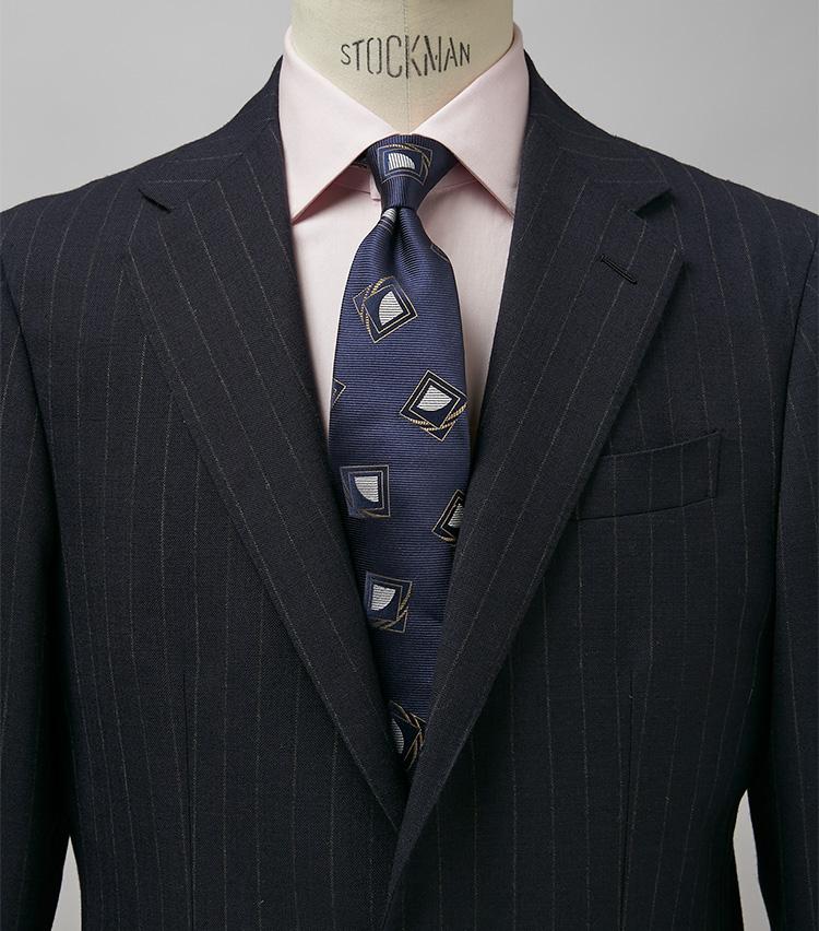 <p><strong>王道の紺ストスーツをピンクでほんのり柔らかに</strong><br /> ビジネスの勝負時に頼りになる端正な紺ストスーツも、ピンクシャツを挟めば程よくフランクに。クライアントとの会食や若い部下たちとのミーティングがある日に最適。スーツ27万5000円/ジャンフランコ ボメザドリ(バインド ピーアール) タイ1万7600円/ホリデー&ブラウン(ビームス 六本木ヒルズ) ※シャツは上の画像[右]と同じ。</p>