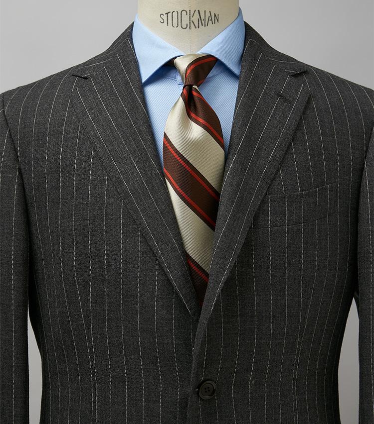 <p><strong>クラシックな雰囲気を壊さずに洒落感アップ</strong><br /> グレーのストライプスーツにレジメンタイという正統的コーデ。こんなクラシックな雰囲気の装いを、格調高く見せるのがブルーのシャツの良さ。タイの色柄や艶やかな素材感も際立つ。スーツ30万2500円/スティレ ラティーノ、タイ1万8700円/フランチェスコ マリーノ(以上ビームス 六本木ヒルズ) ※シャツは上の画像[左]と同じ。</p>