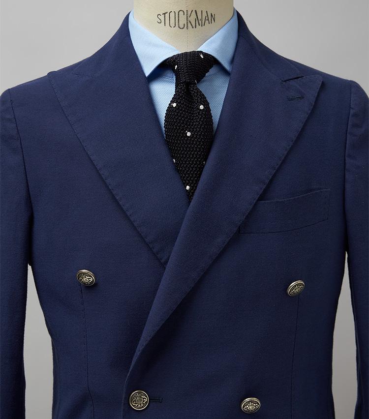 <p><strong>いまどきのダブルを一層若々しく爽やかに見せる</strong><br /> 軽快な仕立てでダブルの重厚感を中和したジャケットに黒のニットタイを合わせた着こなし。合わせるシャツは白よりブルーが最適。ジャケットの浅いネイビーとリンクし、より若々しく爽やかなスタイリングとなる。ジャケット16万2800円、タイ1万2100円/以上ルイジ ボレッリ(バインド ピーアール) ※シャツは上の画像[左]と同じ。</p>