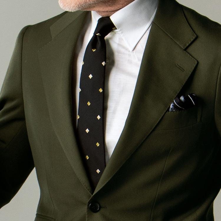 無地のスーツをいつもより洒脱に着るには?【1分で出来る胸元お洒落】