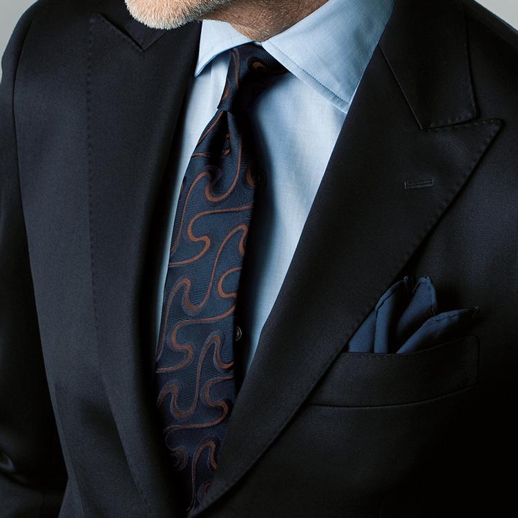 ネイビースーツの色気のある着こなし方【1分で出来る胸元お洒落】