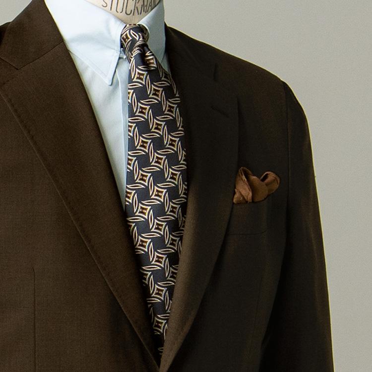 ミドルエイジに相応しい、ブラウンスーツの着方とは?【1分で出来る胸元お洒落】