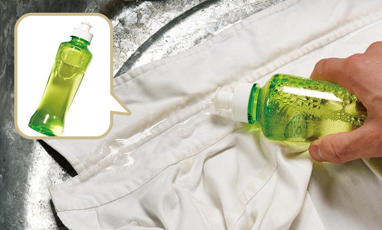 <p><strong>1. 汚れ部分に自宅の食器用洗剤を塗る</strong><br /> タライなどを用意し、その上にシャツをのせる。襟の気になる汚れ部分に、直接食器用の洗剤を塗っていく。</p>