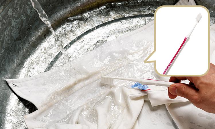 <p><strong>2. お湯で濡らし、ブラシをかけ、2〜3分放置</strong><br /> お湯に浸しながら歯ブラシでゴシゴシ擦り、2〜3分放置する。最後に洗濯機で普通に洗濯すればOKだ。</p>