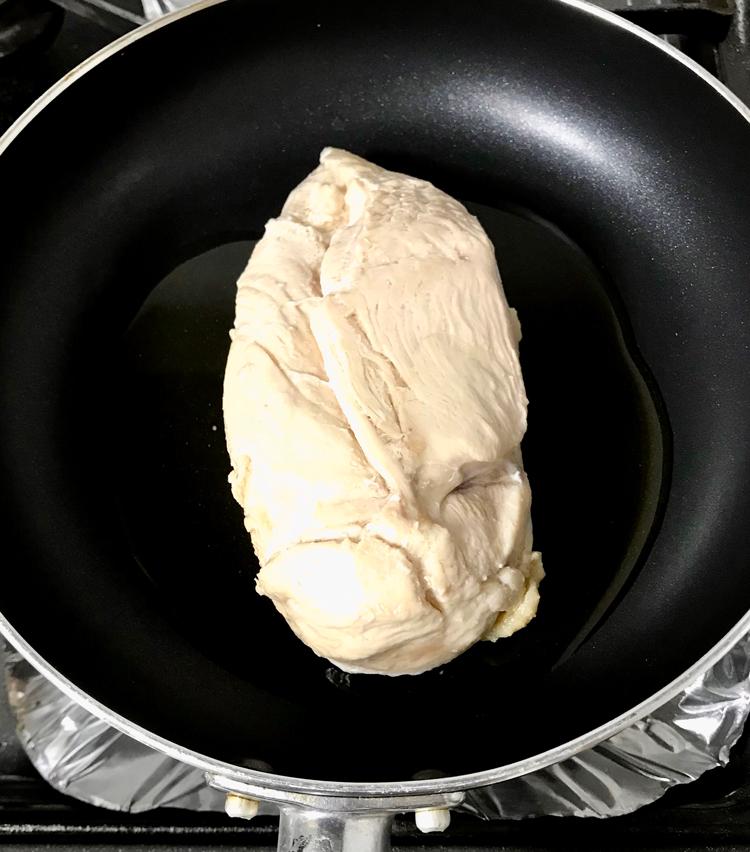 <p>4. フライパンを中弱火にかけ、オリーブオイル大さじ1をひき、肉を皮目から焼く。</p>