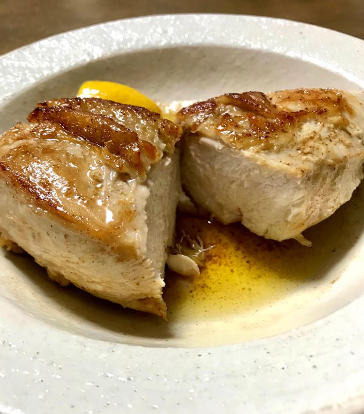 <p>7. 皿に盛り、フライパンに残った油を回しかけ、軽く胡椒をしたら完成。カットしたレモンを添えて、食べる時にたっぷりと搾って召し上がれ!</p>