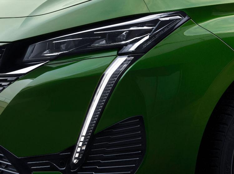 <p>ライオンのかぎ爪を模したデイタイムランニングライトを採用、ヘッドライトはLEDを用いることで、彫りの深いスリムなデザインに。</p>