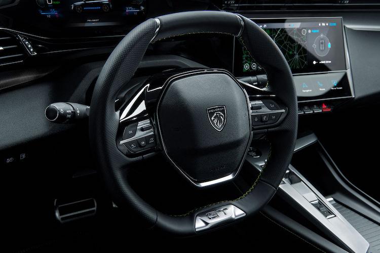 <p>ステアリングには、運転支援装備を使用する際に用いる、ドライバーがステアリングを握る力を検知するセンサーが搭載される。</p>