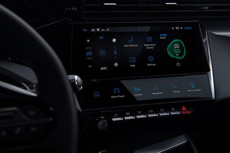 <p>インフォテイメントシステムも進化、音声認識コマンド「OK,PEUGEOT」も採用された。Bluetoothで2台のスマホを同時接続することも可能に。</p>