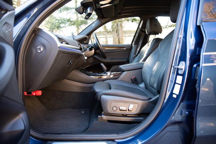 <p>フロントシート。SUVならではの視点の高さも魅力。</p>