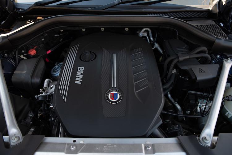 <p>333ps/700Nmの3リッターディーゼルターボエンジンに、ZF製8速ATの組み合わせ。0-100km/h加速は4.9秒、巡航最高速度は254km/hとされた。</p>
