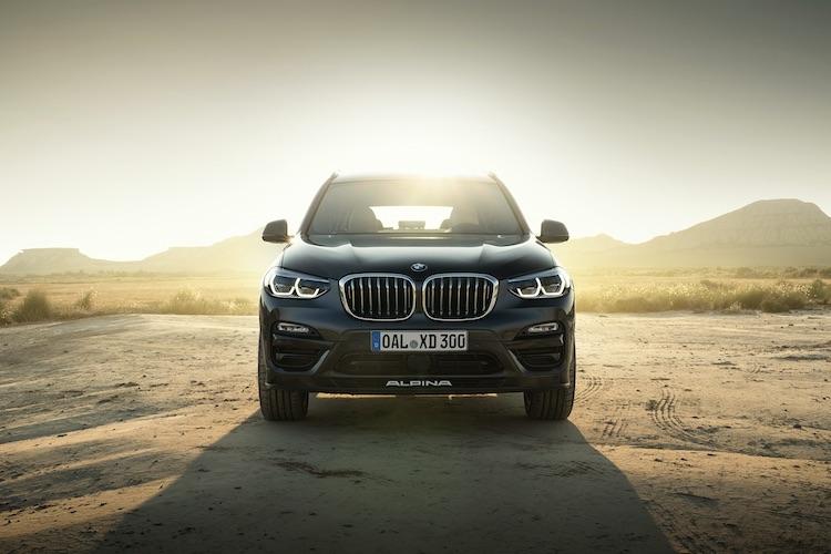 <p>BMWの4WDシステム(xDrive)をアルピナ独自のトルク配分にチューンとしている。アルピナ・スポーツ・サスペンションと電子制御式ショックアブソーバー、リアのアクティブLSDにより、乗り心地とハンドリングを両立されているという。</p>