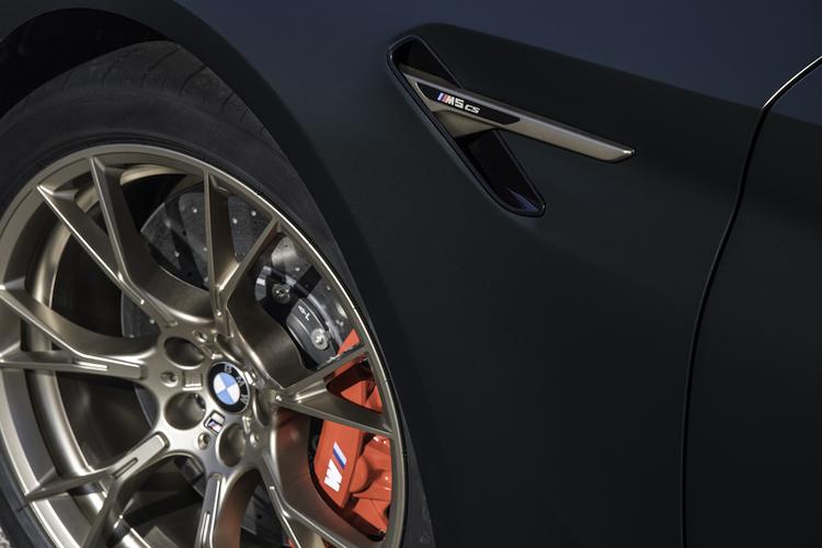 <p>ブレーキには専用のMカーボン・ブレーキを採用している。M5コンペティションの標準ブレーキより23kg軽く、制動力や耐フェード性、耐摩耗性に優れている</p>