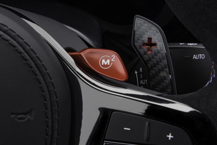<p>ステアリングに設置されるMボタンは、記録させた好みの設定をワンタッチで適応させるスイッチだ</p>