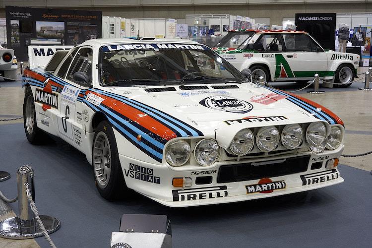 <p>主催者テーマ展示のランチア 037ラリー。80年代当時、ラリーでは4WDを搭載するマシンが圧倒的走破性で猛威を振るっていた。037ラリーは2WDでありながら、当時最強を謳われたアウディ クワトロに勝利したことで伝説のモデルに。「最後にラリーで優勝した2WD車」と呼ばれた。</p>