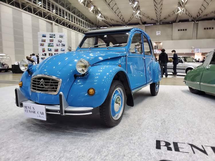 <p>こちらはシトロエン 2CV。優れた経済性と利便性の良さで1949年〜1990年まで製造されたロングセラーモデルで、当時のフランスを代表する国民車として知られている。今でもこの可愛らしいルックスで人気の高いクルマだ。</p>