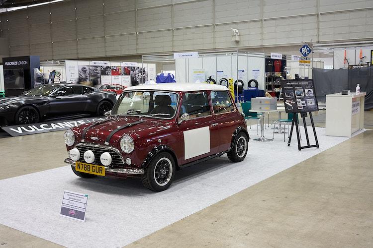 """<p>1400万円のクラシック ミニも展示されていた。もちろん""""ただのミニ""""ではなく、ボディやインテリア、装備などに現代の技術を取り入れたレストモッド車と呼ばれる1台。往年の名車を気軽に普段使いできるように、と手が加えられている。</p>"""