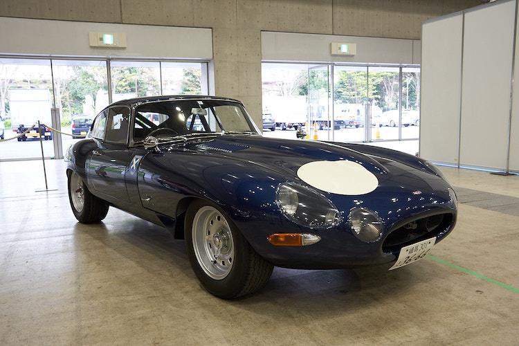 <p>ジャガーカークラブからは、レーシング仕様にカスタムされたジャガー Eタイプが展示されていた。1961年に発売されたこのモデルは、ロングノーズショートデッキの贅沢な美しさを備えた1台。その美しさは当時フェラーリの創設者エンツォ・フェラーリが「今までのスポーツカーで最も美しい」と称賛したほどである。</p>