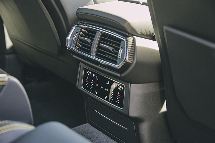 <p>バックシートの環境設定も電子パネルで可能に。</p>