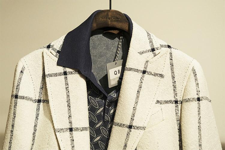 <p>ネイビー基調の柄ニットには、白にネイビーペーンの入ったジャケットで色をリンク。こちらも、柄のピッチをニットとジャケットでばらしているのがポイントだ。</p>