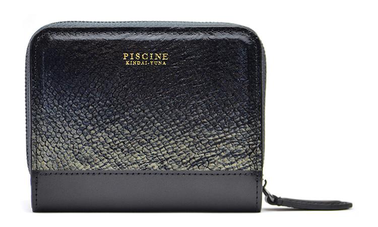 <p>近大マグロ×コードバン コンパクトウォレット(BLACK)。縦8.5cm×横10.6cm×マチ2.2cm。5万2800円。</p>