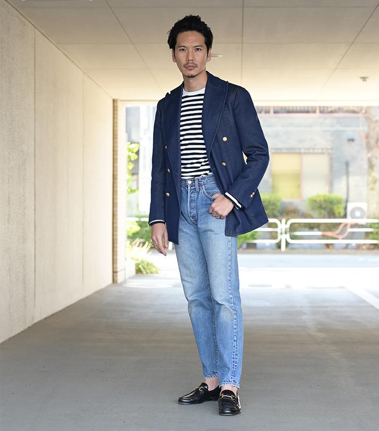 <p>ジャストサイズの66前期モデルに、スティレ ラティーノのダブルブレザーとアニエスベーのボーダーTをコーディネート。新旧のアイテムを織り交ぜた西口流ミックススタイルだ。「色落ちしたジーンズは、ブルー系でまとめることが多いですね」とは本人の弁。色数を絞ったシンプルな装いながら、ヴィンテージジーンズならではの表情が印象的な洒脱さを醸し出している。</p>