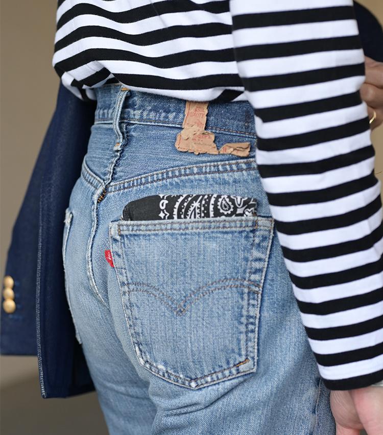 <p>ヒップポケットにはバンダナを折りたたんで挿している。「ポケットチーフ的な感覚でプラスしていますね」と西口さん。春夏はジャケットを脱ぐ機会も増えるが、そんな場面でもさりげない洒落心を薫らせる演出だ。</p>