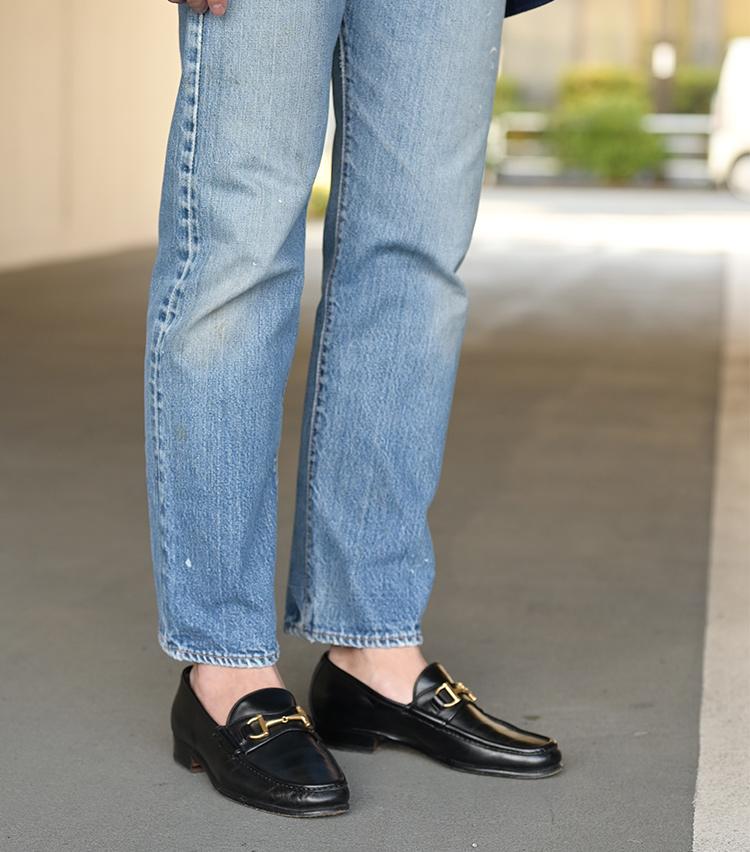 <p>靴はエンツォ ボナフェのビットローファー。ジーンズとの合わせは古くからの定番として知られていて、西口さんもしばしば用いる足元コーディネートだ。ジャケットのボタン、靴のビット、手元のリングをすべてゴールドで統一している点にも注目。</p>