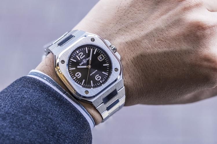 <p><strong>第2位:ベル&ロス<br /> BR 05</strong><br /> 「こちらは、腕時計に遊び心をもってコーディネートしたいと考えている方に好評のモデルです。それでいながら、ケースサイズが40mmに抑えてあるので、ビジネスシーンでも決して主張しすぎず、重宝できます」(TANAKA 今池本店・スタッフ 丹羽一仁さん)</p>