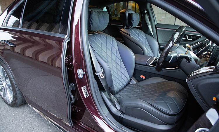 <p>フラッグシップに相応しい豪華な車内。運転席、後席ともに大人の書斎と呼べるような快適性が確保されている。</p>
