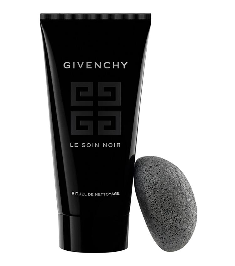 <p><b>GIVENCHY<br /> ジバンシイの洗顔ジェル ソワン ノワール リチュアル ネトワイヤージュ</b><br /> 生命力あふれる漆黒の藻とやわらかなクレイを配合したジェル状洗顔。まず顔になじませてマッサージし、その後、付属のスポンジで磨き上げれば極上の仕上がりに。175ml 1万4850円(パルファムジバンシイ)</p>