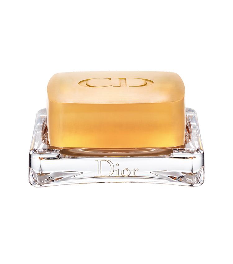 <p><b>DIOR<br /> ディオールのプレステージ ル サヴォン</b><br /> 慣れ親しんだ固形石けん派なら長期間熟成されたラグジュアリーなこちらを。濃密な泡にはグリセリンが含まれ、もっちりスベスベ肌に。110g 1万1000円(パルファン・クリスチャン・ディオール)</p>