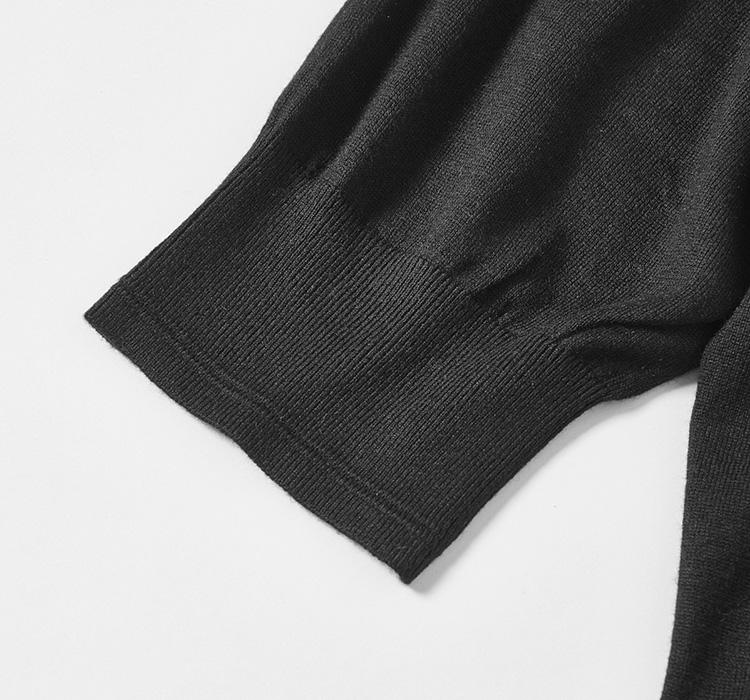 <p><strong>ジャケットにINが驚くほど使いやすい!</strong><br /> ジャケット着用時に不快にならないように設計された袖部分は、若干長め。それにより、めくりあがりや、着用時のもつれといった心配がないのだ。さらに、同社の高い技術によりカシミアシルクという非常に繊細な高級素材でも細かく締まり心地がよいリブに仕上げている。このリブ袖が一枚で着た際にも映え、インナーとしても活躍する所以といえよう。</p>