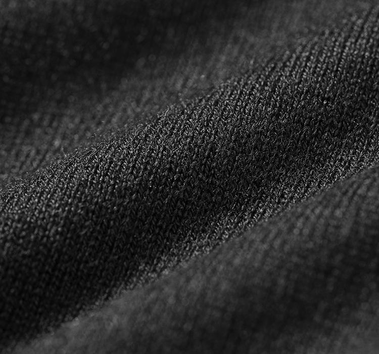 <p><strong>極細原毛を使用 !嫌味のない美光沢</strong><br /> 肌に幸せをもたらす素材の代表格といえば「シルク」と「カシミア」だ。その最高級素材の2つを程よい塩梅で混紡したのがこの編地。シルクの肌心地のいい滑らかさはそのままに、カシミアを少しブレンド。そうすることで、もっちりとした質感と見た目に仕上がっている。そして、何よりこの独特の光沢が着用による幸福をアップ。ぜひ一度触れてほしい一着だ。</p>